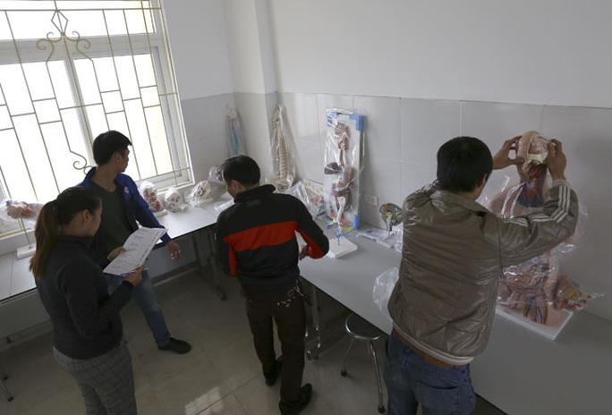 Mô hình giáo cụ trực quan, thực hành giải phẫu đang được đưa từ kho ra lắp đặt tại cơ sở đào tạo ngành y dược của Trường ĐH Kinh doanh và Công nghệ đặt tại thị xã Từ Sơn, tỉnh Bắc Ninh - Ảnh: Dân Việt