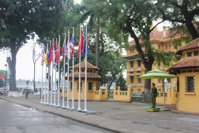 Cờ các quốc gia ASEAN trước trụ sở Bộ Ngoại giao