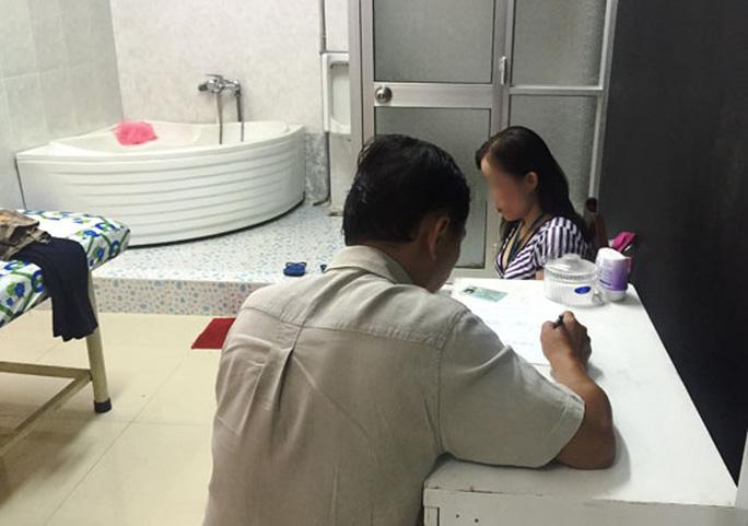 Lực lượng chức năng làm việc với tiếp viên của cơ sở massage Phương Mai