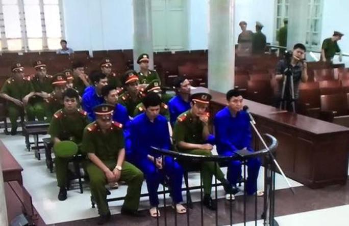 Các bị cáo chờ bắt đầu phiên xét xử