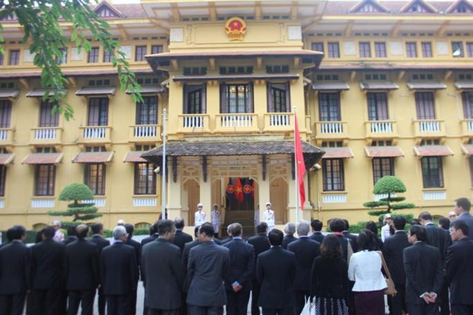 Chờ đợi lá cờ ASEAN được kéo lên bên cạnh quốc kỳ Việt Nam