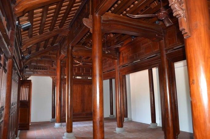 Nhà ba gia này được xây dựng hoàn toàn bằng gỗ và lát gạch