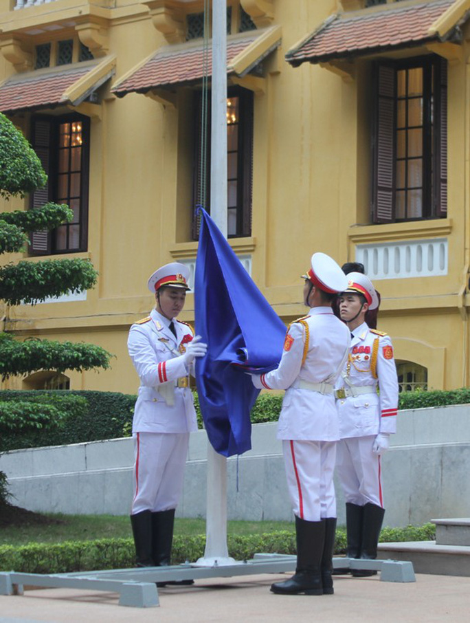 Lá cờ từ từ được kéo kên