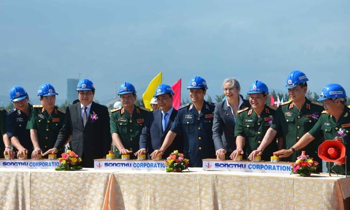 Phó Thủ tướng Nguyễn Xuân Phúc cùng các đại biểu tham dự ấn nút khởi động tàu tại lễ hạ thủy