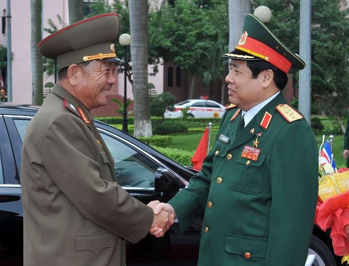 Bộ trưởng Phùng Quang Thanh đón Bộ trưởng Pak Yong Sik