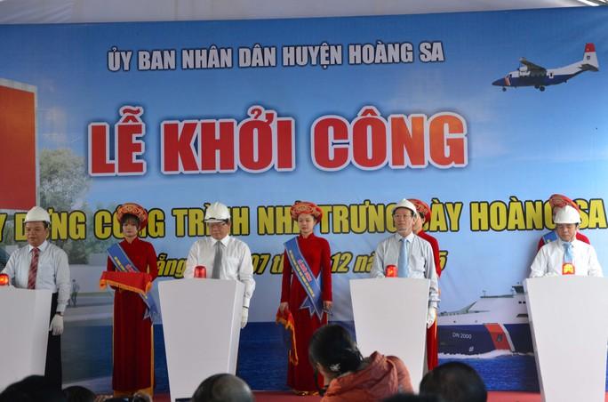 Các đại biểu tham dự ấn nút khởi công xây dựng nhà trưng bày Hoàng Sa tại TP Đà Nẵng