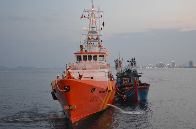 Tàu cảnh sát biển Trung Quốc ngăn cản cứu hộ tàu cá