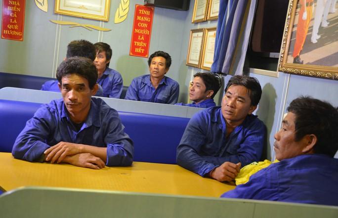 11 ngư dân Khánh Hòa gặp nạn trên tàu cá được đưa vào bờ trên tàu SAR 412
