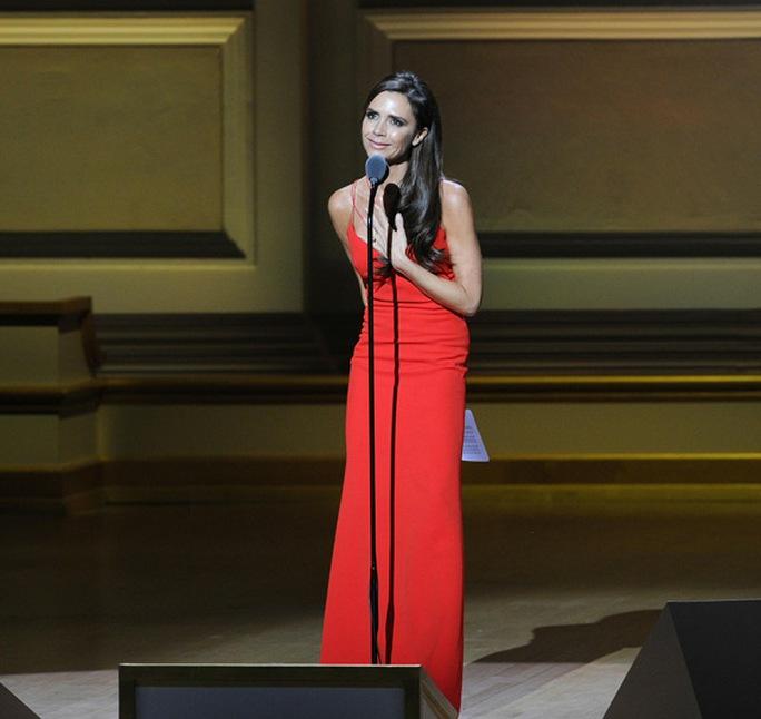 Victoria Beckham có bài phát biểu ấn tượng trên sân khấu