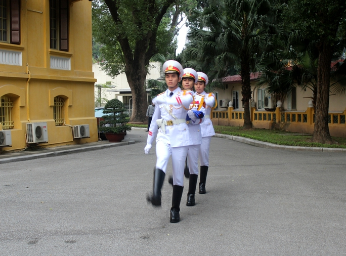 Đội tiêu binh đưa cờ ra