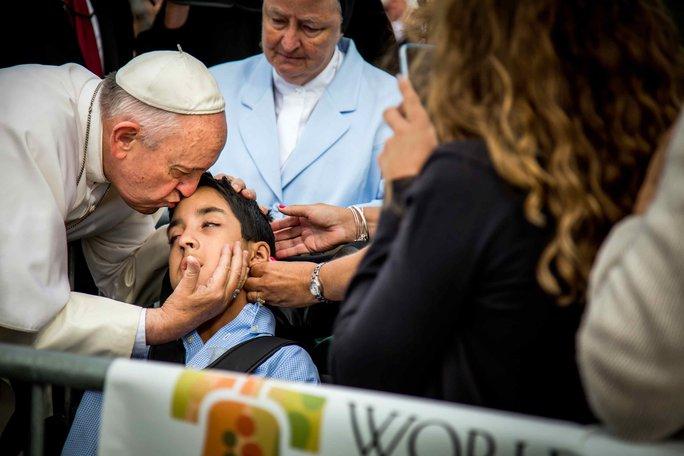 Kristin Keating kể rằng đã thấy con trai chị bình tâm và mỉm cười khi được Giáo hoàng ban phước lành. Ảnh: AP