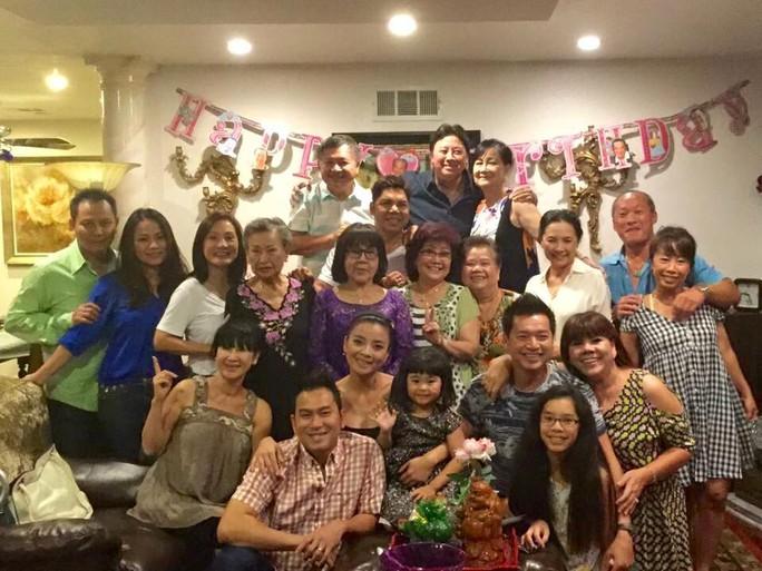 Các nghệ sĩ hải ngoại quây quần bên gia đình NS Bảo Quốc trong ngày sinh nhật lần thứ 66