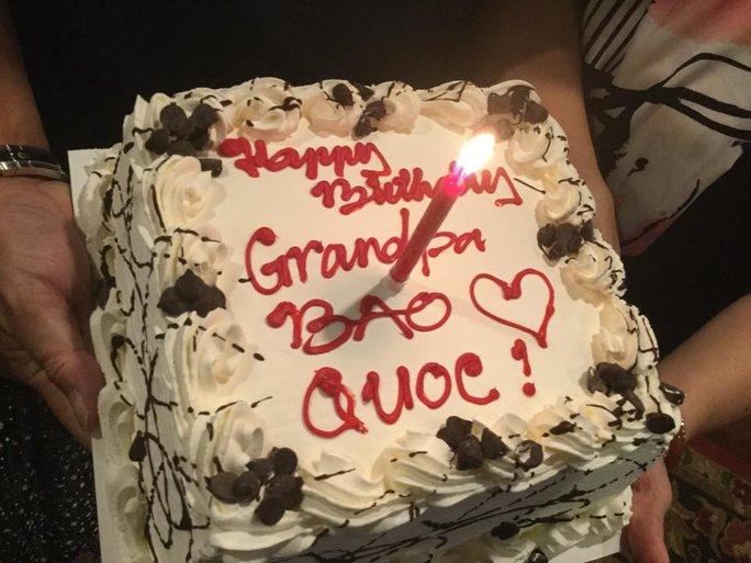 Bánh sinh nhật lần thứ 66 do NS Hồng Loan tặng cha - danh hài Bảo Quốc