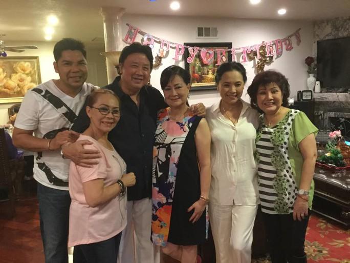 NS Tuấn Châu, Ngọc Đáng, Ngọc Đan Thanh, Phượng Liên và vợ chồng NS Bảo Quốc trong ngày sinh nhật lần thứ 66