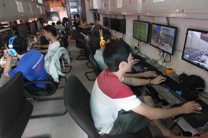 Các game thủ vẫn căng mắt vào màn hình dù trời đã gần sáng Ảnh: Quốc Chiến