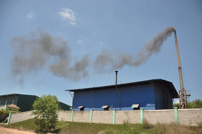 Cột khói đen ngòm từ khu xử lý rác thải Bình Nguyên bay vào khu dân cư gây mùi hôi khó chịu