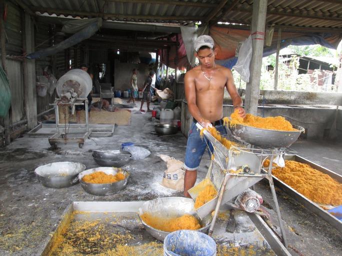 Một cơ sở sản xuất chà bông mất vệ sinh tại xã Vĩnh Lộc A, huyện Bình Chánh, TP HCM Ảnh: Ngọc Ánh