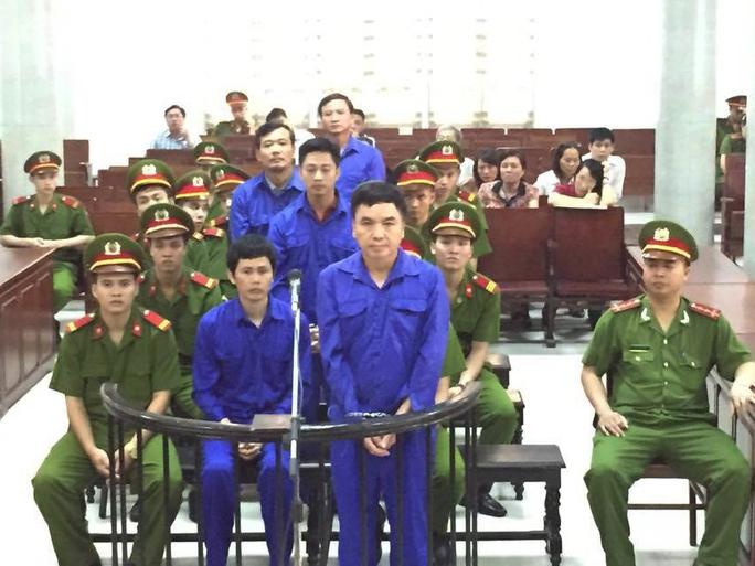 Bị cáo Phạm Hải Bằng đứng trước vành móng ngựa trả lời thẩm vấn tại tòa