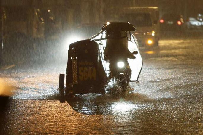Mưa như trút nước ở TP Makati, phía Nam thủ đô Philippines hôm 15-12. Ảnh: EPA