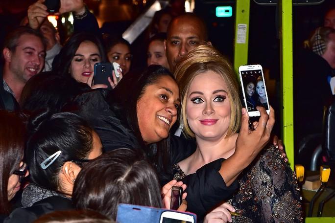Chụp ảnh cùng người hâm mộ