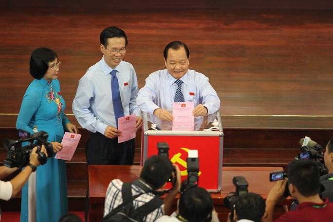 Các đại biểu bỏ phiếu bầu Ban Chấp hành Đảng bộ TP khóa X, nhiệm kỳ 2015-2020
