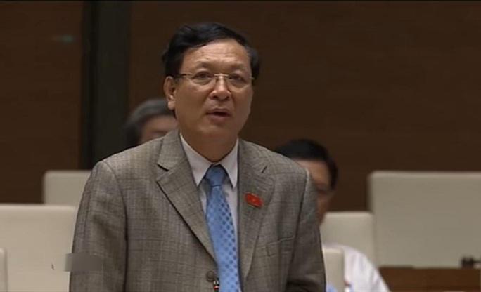 Bộ trưởng Bộ Giáo dục và Đào tạo Phạm Vũ Luận trả lời chất vấn của các đại biểu Quốc hội chiều 16-11 - Ảnh chụp qua màn hình