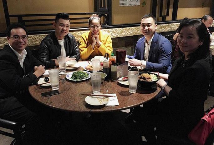 Cô cười tươi rạng rỡ đi ăn cùng bạn bè