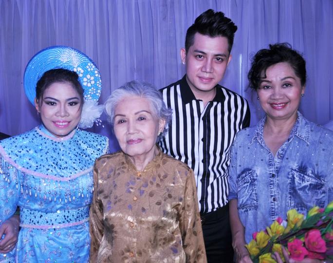 Nghệ sĩ Xuân Hương cùng nghệ sĩ Út Bạch Lan, Cao Mỹ Châu, ca sĩ Trung Hưng trong chương trình Đêm hội trăng rằm
