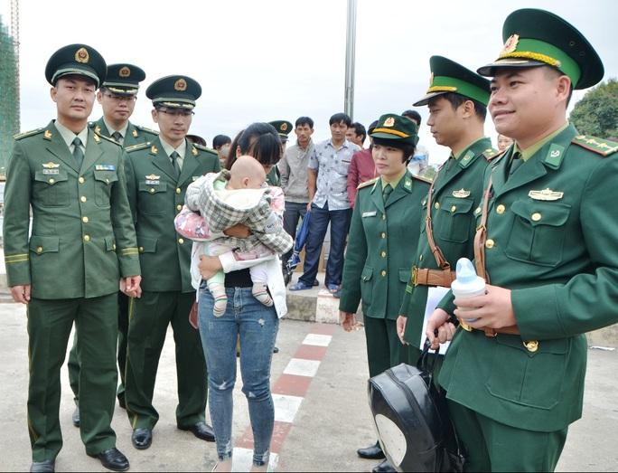 Chị H.D.L. cùng con trai được giải cứu về Việt Nam