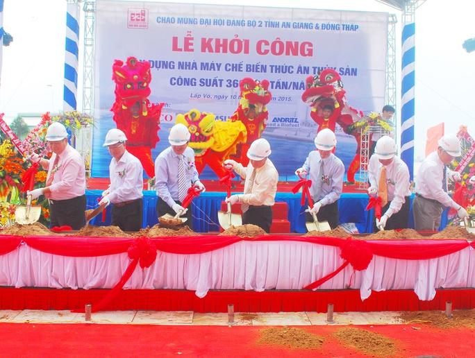 Các đại biểu tham gia nghi thức động thổ tại lễ khởi công.