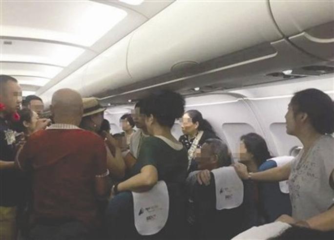 Khung cảnh hỗn loạn trên máy bay. Ảnh: Shanghaiist