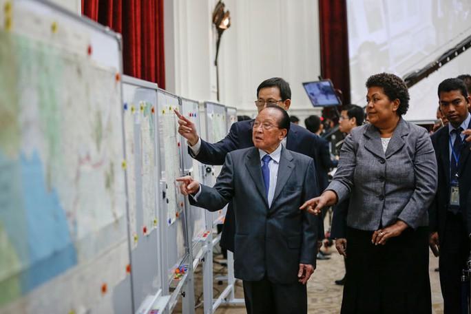 Ngoại trưởng Campuchia Hor Namhong (trái)  và quyền Chủ tịch Thư viện Liên Hiệp Quốc Mereani Keleti Vakasika  thẩm định bản đồ ở Phnom Penh hôm 20-8. Ảnh: CAMBODIA DAILY