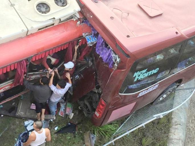 Người dân khẩn trương đưa các nạn nhân bị mắc kẹt ra ngoài ngay sau khi xảy ra tai nạn