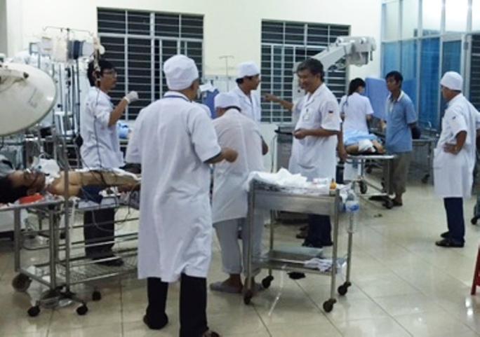 Các bác sĩ cấp cứu khẩn cấp cho các nạn nhân vụ sập tấm đan hiên nhà - ảnh: BSQ