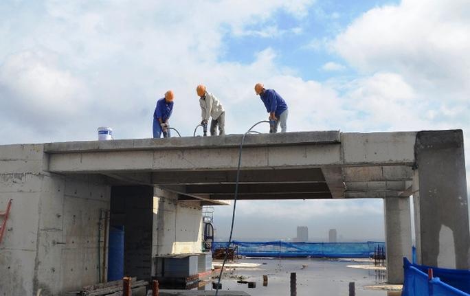 Công nhân dùng máy nén khí phá dỡ tầng tum tòa nhà 8B Lê Trực