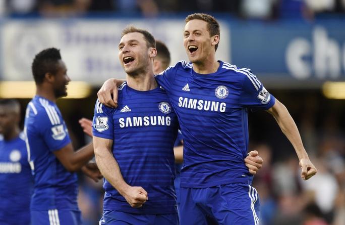 Matic (phải) để ngỏ khả năng rời sân Stamford Bridge