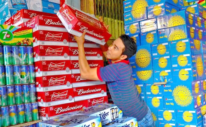 Các nhà bán lẻ, đại lý bắt đầu trữ bia để bán Tết, trong đó thương hiệu bia ngoại đang lấn át Ảnh: Tấn Thạnh