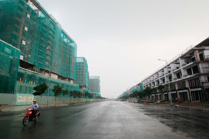 Những tuyến đường, những khu nhà cao tầng đang được gấp rút xây dựng trong khu đô thị mới Thủ Thiêm Ảnh: HOÀNG TRIỀU