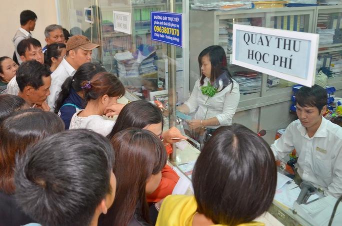 Sinh viên đóng học phí tại Trường ĐH Nguyễn Tất Thành (TP HCM)Ảnh: TẤN THẠNH