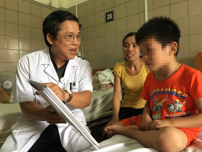 Bé N.M.N điều trị tại Trung tâm Chống độc BV Bạch Mai trong tình trạng chậm phát triển do ngộ độc chì từ thuốc cam