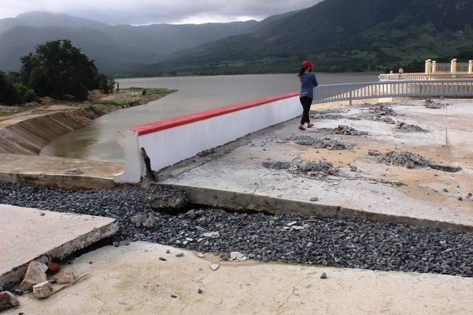 Phía phải hồ chứa Suối Hành sụt lún nên đơn vị thi công phải đục nhiều điểm để kiểm tra