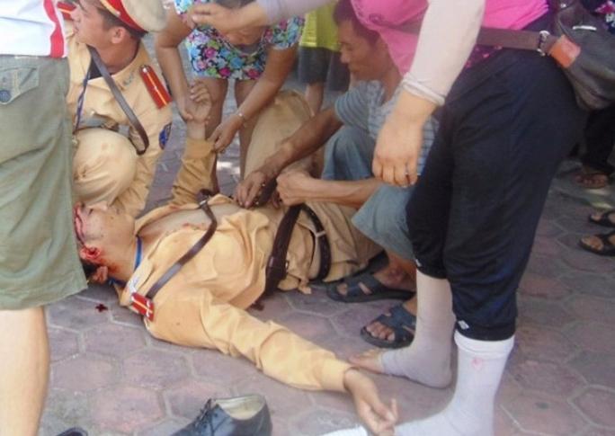 Một CSGT tỉnh Thanh Hóa bị đối tượng vi phạm lao xe vào gây thương tích nặng Ảnh: THANH TUẤN