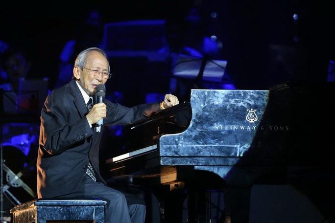 """Nhạc sĩ Nguyễn Ánh 9 trình diễn trong live show của ông mang tên """"Kỷ niệm"""" tại Hà Nội. (Ảnh do nghệ sĩ cung cấp)"""
