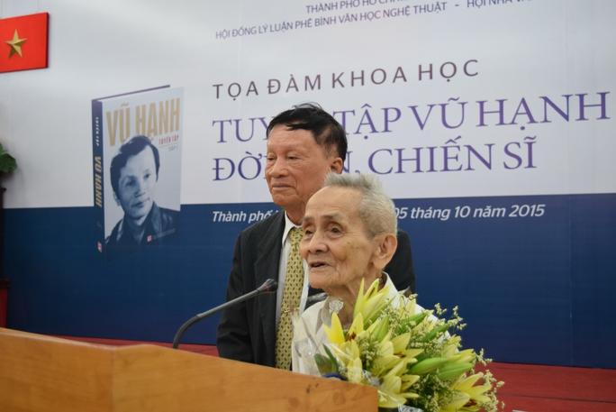 Nhà văn Vũ Hạnh (người mang cà vạt) cùng người bạn chiến đấu từng cứu ông thoát chết tại buổi hội thảo