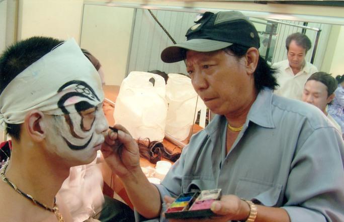 Nghệ nhân Trường Quang hóa trang cho một diễn viên