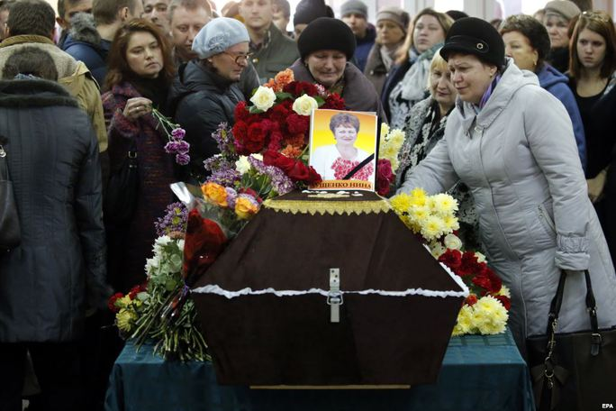 Đám tang bà Nina Lushchenko, một nạn nhân của vụ rơi máy bay Nga ở Ai Cập, diễn ra tại TP Veliky Novgorod hôm 5-11 Ảnh: EPA