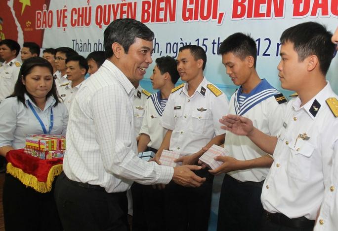 Ông Nguyễn Văn Khải, Phó Chủ tịch Thường trực LĐLĐ TP HCM, tặng quà cho các cán bộ, chiến sĩ tại buổi giao lưu Ảnh: HOÀNG TRIỀU