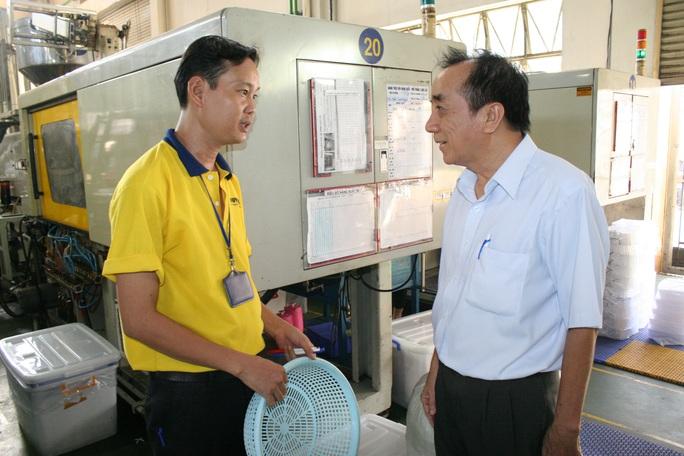 Sâu sát người lao động để hiểu rõ họ cần gì là cách làm việc của ông Nguyễn Văn Mốt (bìa phải), Chủ tịch CĐ Công ty CP Sản xuất Nhựa Duy Tân (quận Bình Tân, TP HCM)