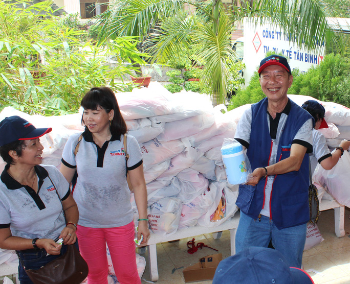 Ông Vương Kiến Thành và tập thể người lao động Công ty Tanimex trong một chuyến hoạt động xã hội từ thiện