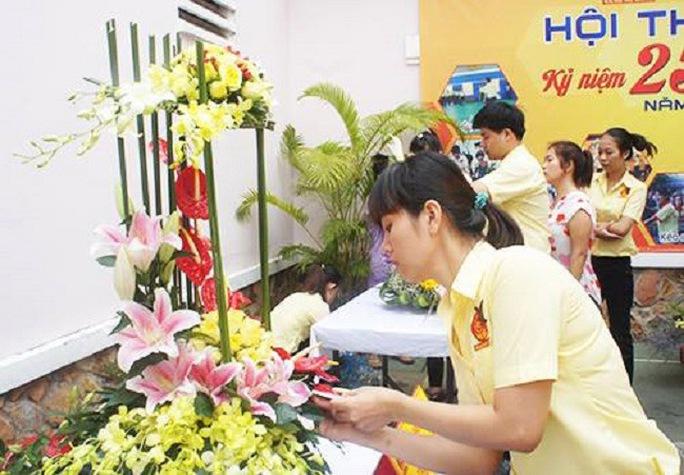 Nhân viên Công ty Mi Hồng tham gia hội thi cắm hoa nhân ngày truyền thống của công ty